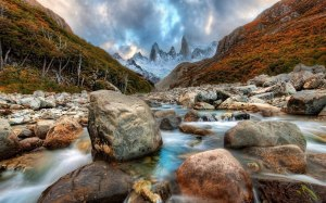 majestuoso-rio-cruzando-por-las-montañas-nevadas-1920x1200